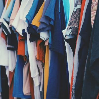 ハンガーにかかったたくさんのTシャツとYシャツ